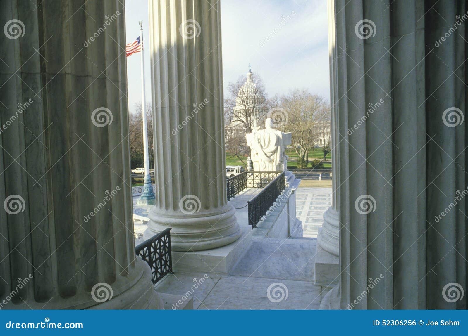Mening van tussen de Kolommen van het het Hooggerechtshofgebouw van Verenigde Staten, Washington, D C