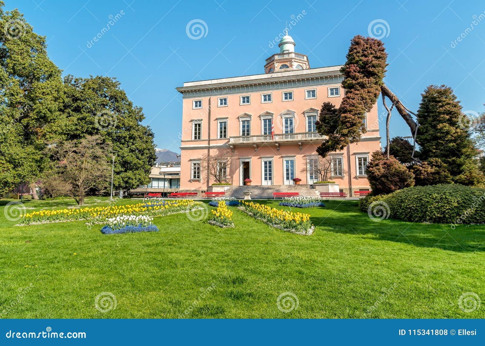 Mening van Villa Ciani met kleurrijke tulpenvoorgrond in het openbare stadspark van Lugano