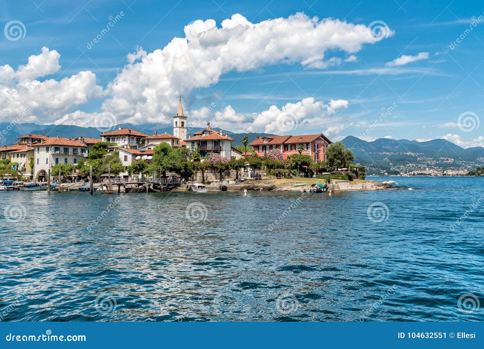 Download Mening Van Visserseiland Of Isola-dei Pescatori, één Van De Borromean-Eilanden Van Meer Ma Redactionele Foto - Afbeelding bestaande uit boot, italiaans: 104632551
