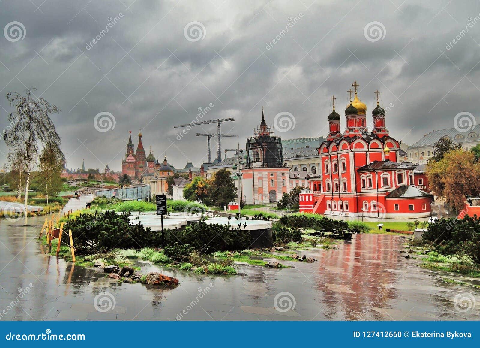 Mening van Zaryadye-park in Moskou Populair oriëntatiepunt