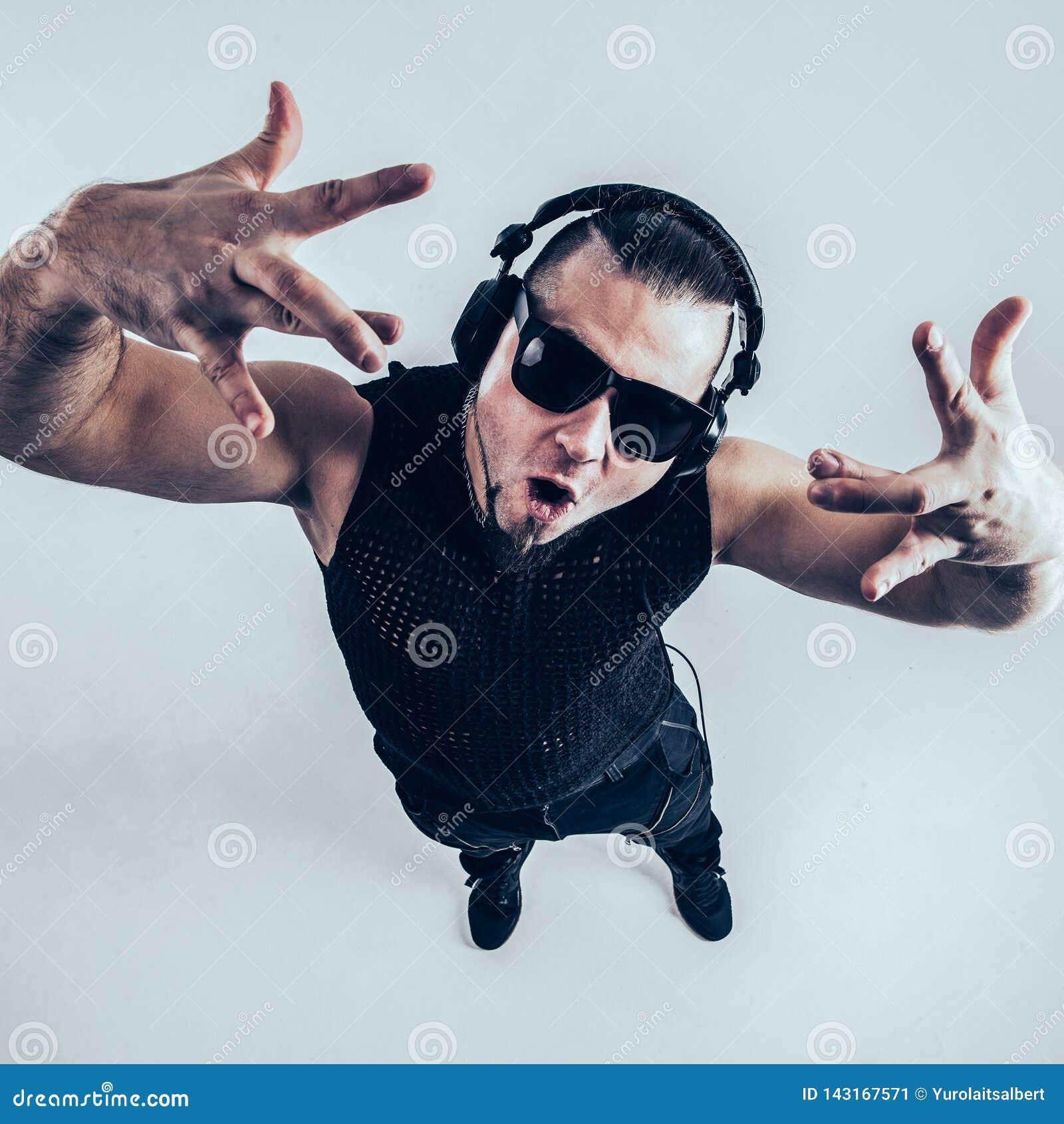 Mening vanaf de bovenkant - DJ - rapper met hoofdtelefoons op een lichte achtergrond