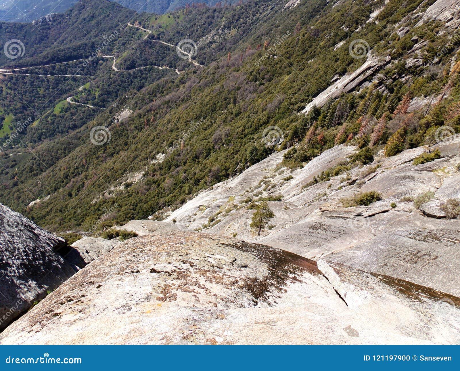Mening vanaf de Bovenkant van Moro Rock met zijn vast gesteentetextuur, die bergen en valleien overzien - Sequoia Nationaal Park