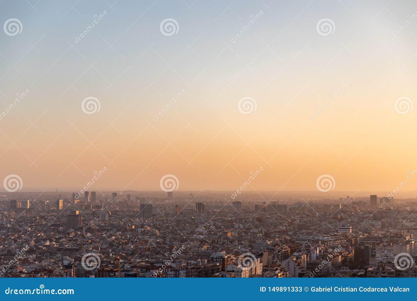 Meningen van de stad van Barcelona tijdens zonsondergang
