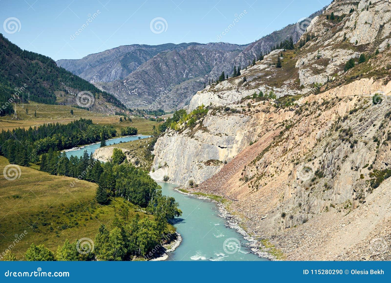Meningen van de Turkooise Katun-rivier en de Altai-bergen, Rusland