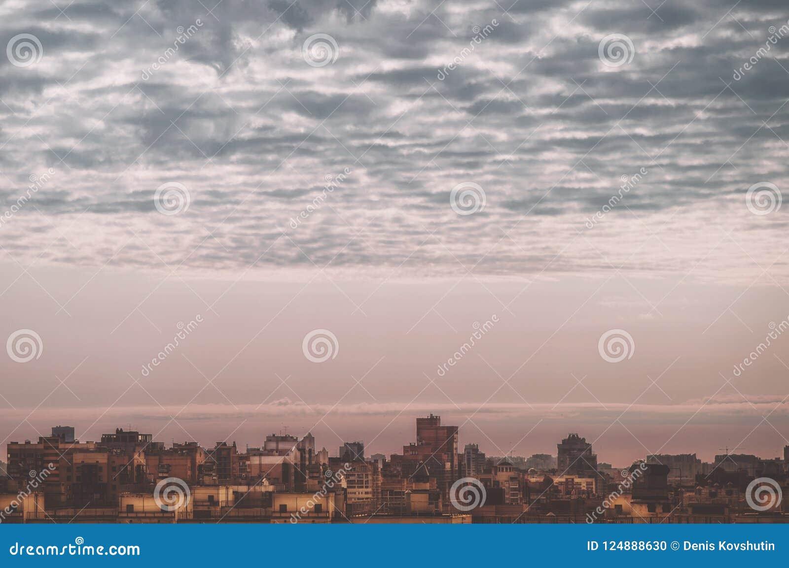 Menings grote megalopolis onder de bewolkte hemel, woonwijken van de luchtmening van St. Petersburg van de daken van de huizen