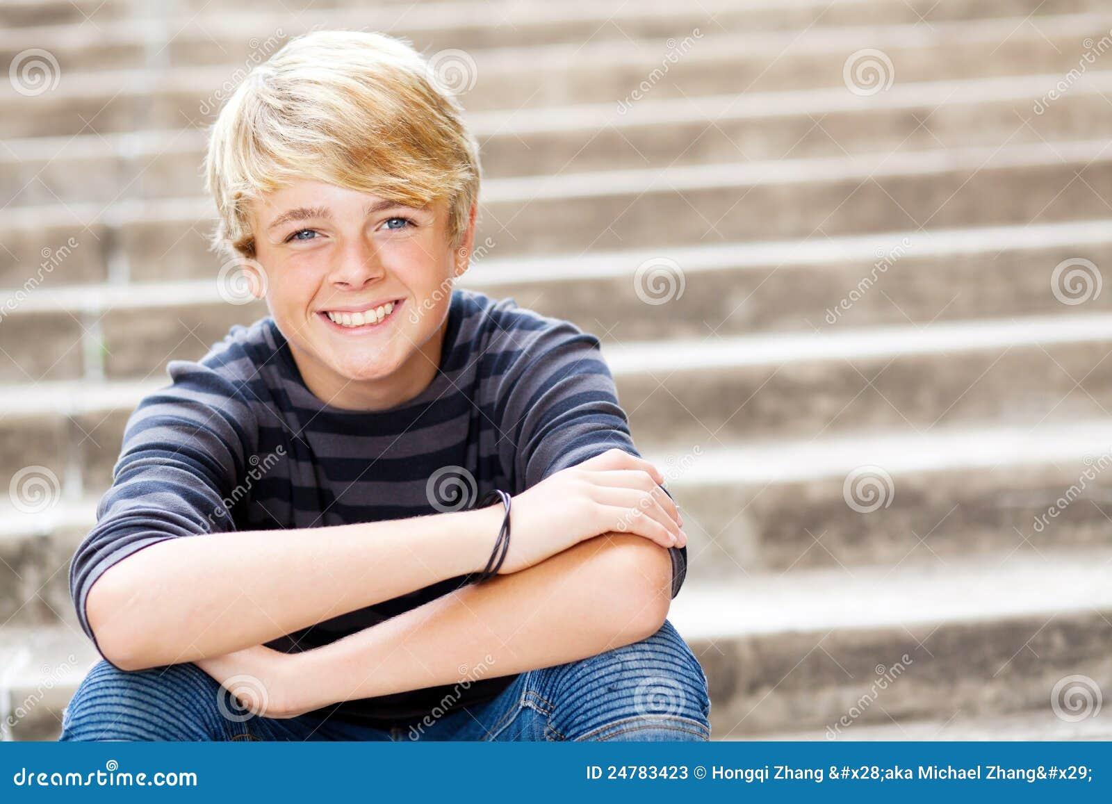 Menino adolescente bonito