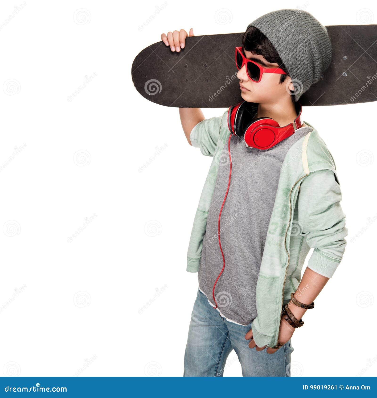 Menino adolescente com skate