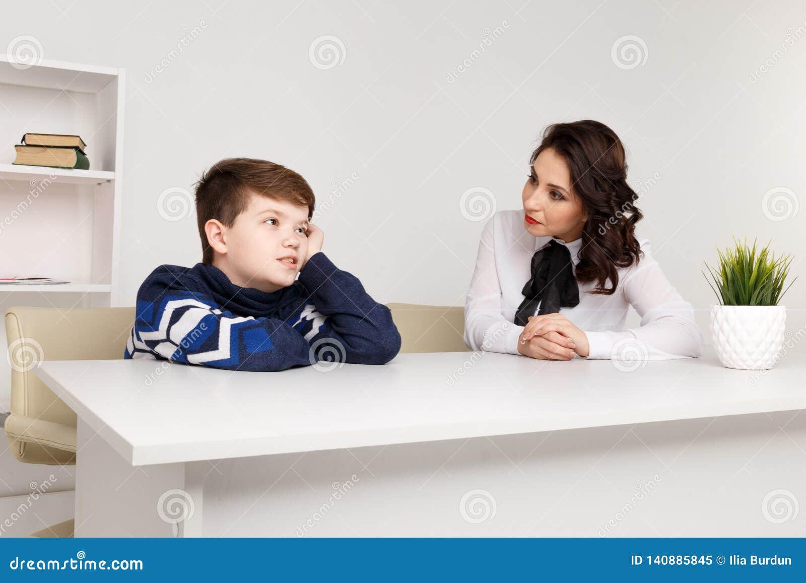 Menino adolescente que fala a seus trabalhador e paciente de Social do terapeuta