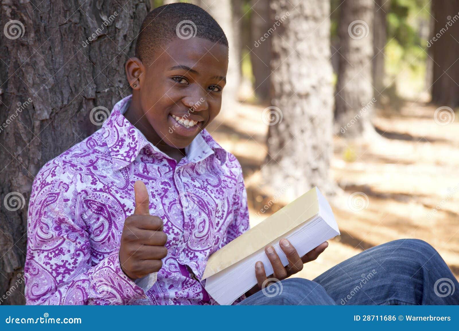 Menino africano adolescente