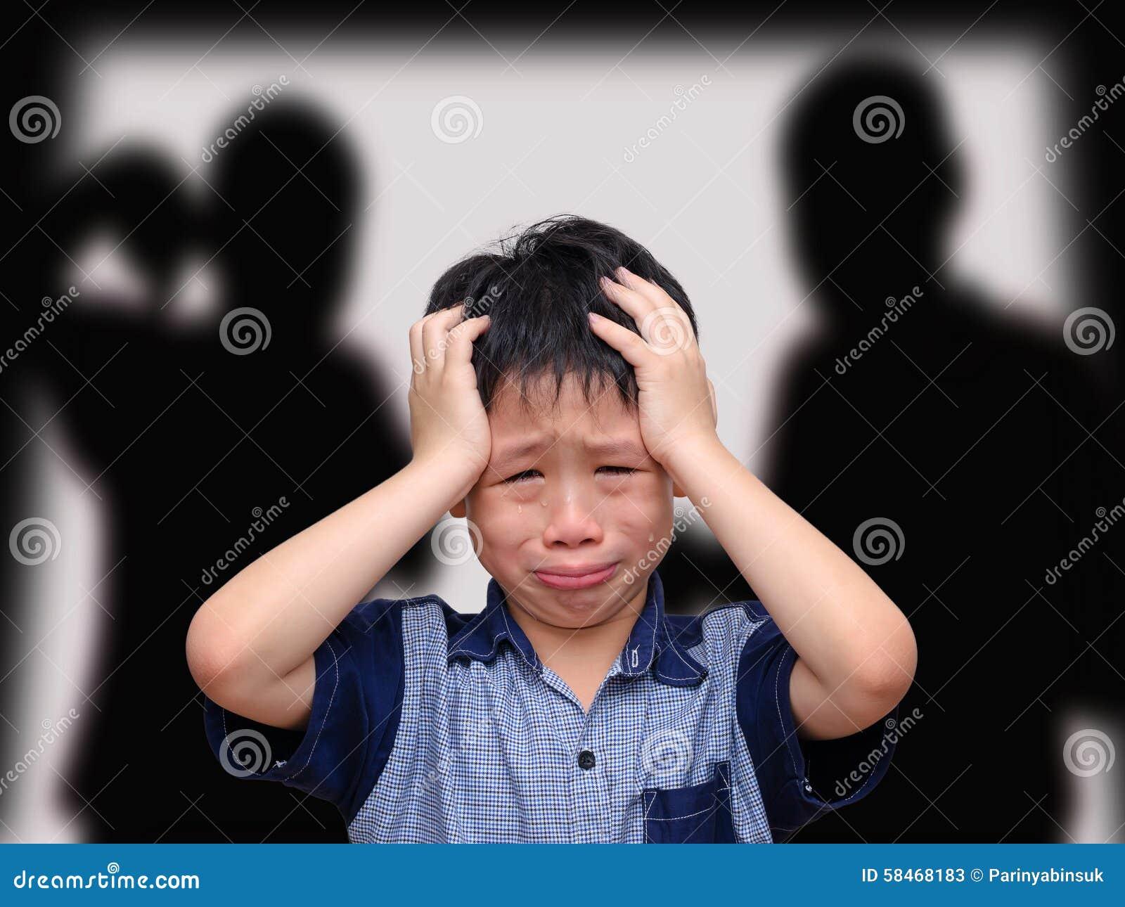 Menino asiático de grito