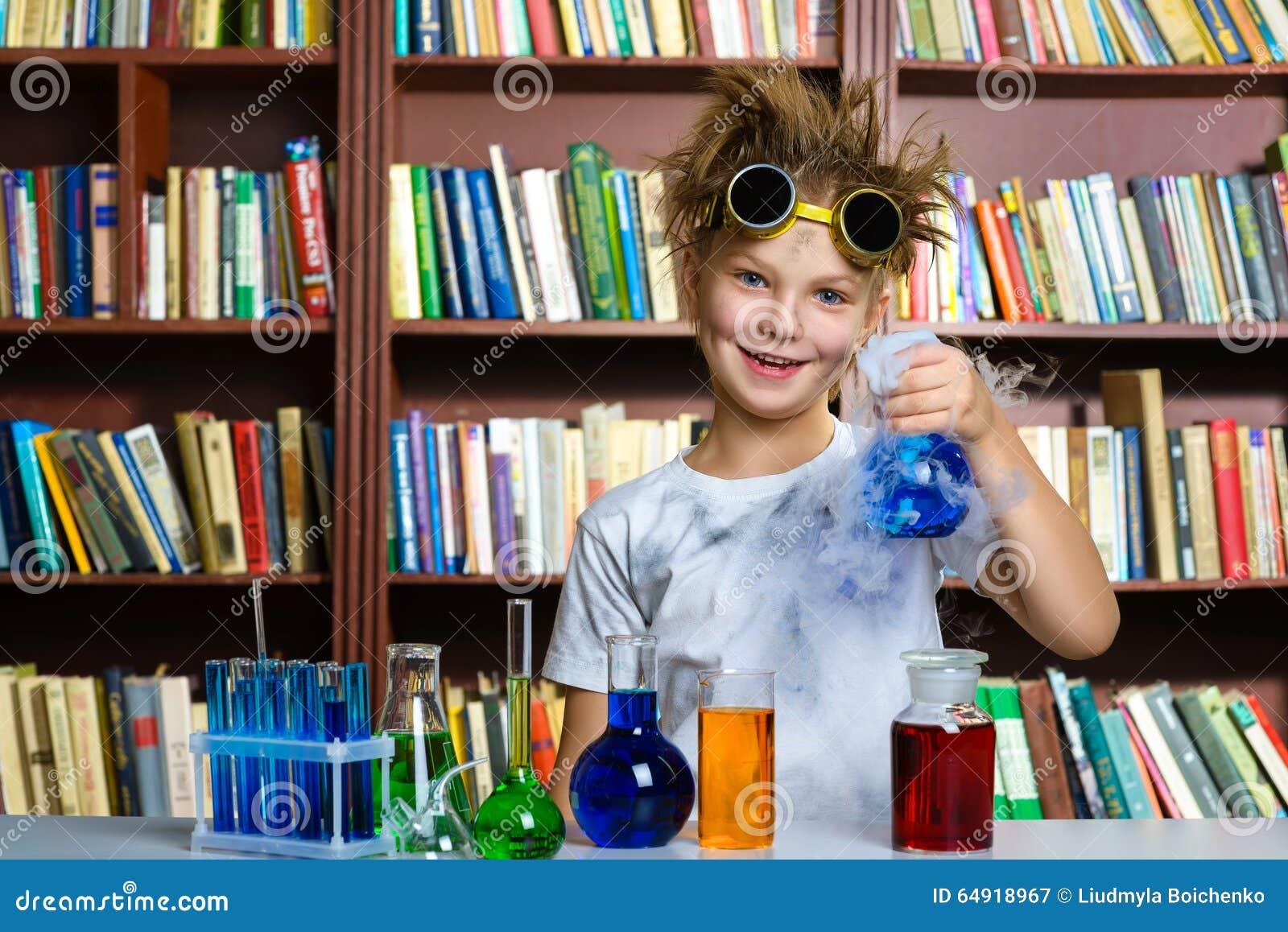 Menino bonito que faz a pesquisa da bioquímica na química