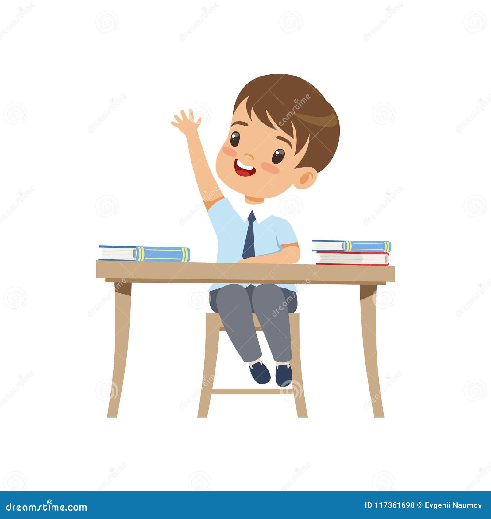 Menino bonito que senta-se na mesa e que aumenta sua mão, estudante da escola primária na ilustração uniforme do vetor em um bran