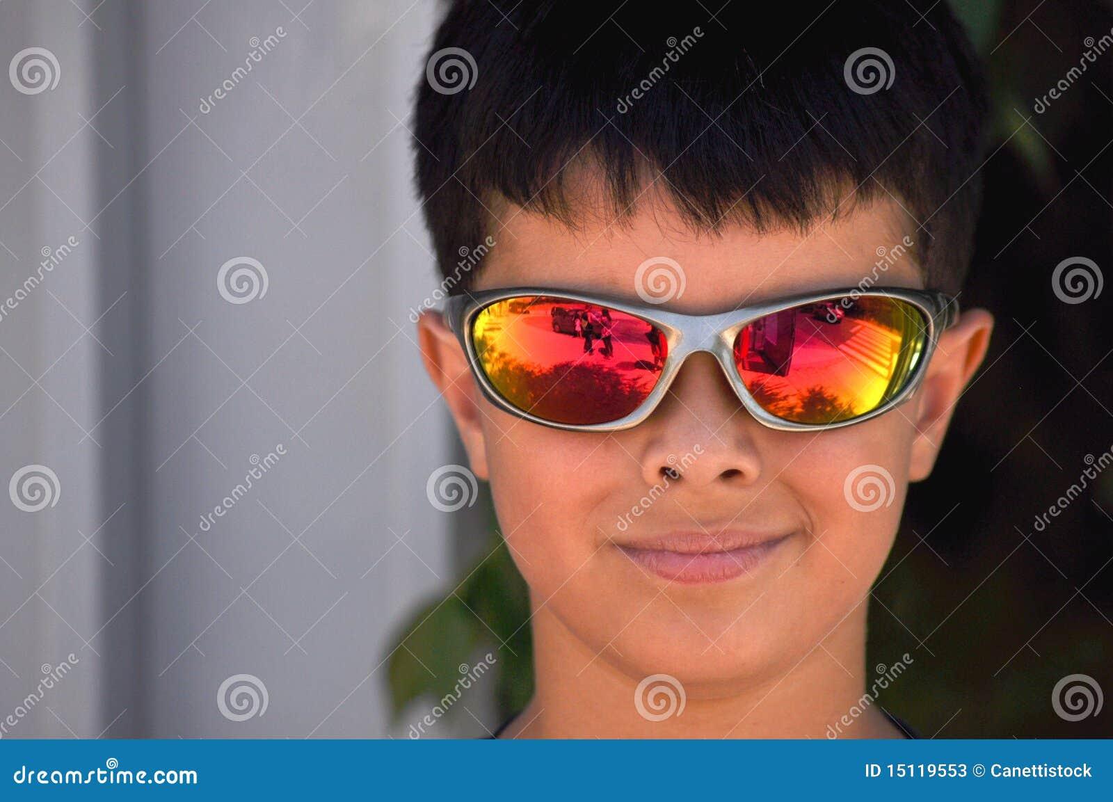 828864f8e Menino com óculos de sol imagem de stock. Imagem de olhar - 15119553