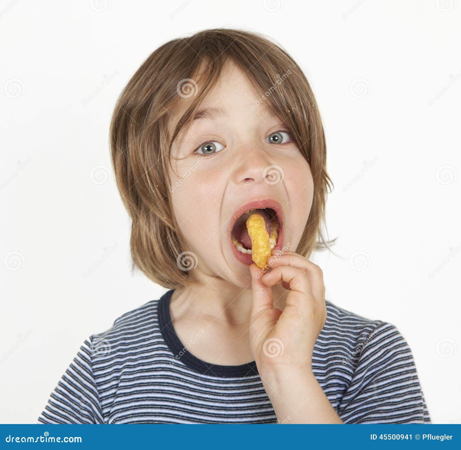 Menino com aletas do amendoim na boca