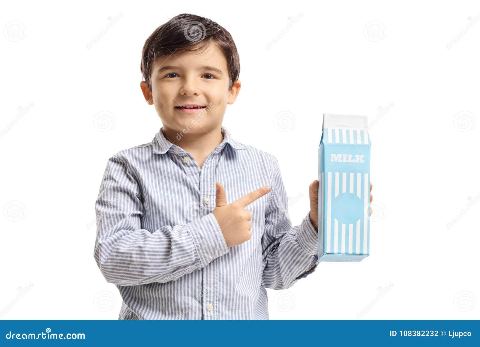 Menino com apontar da caixa do leite