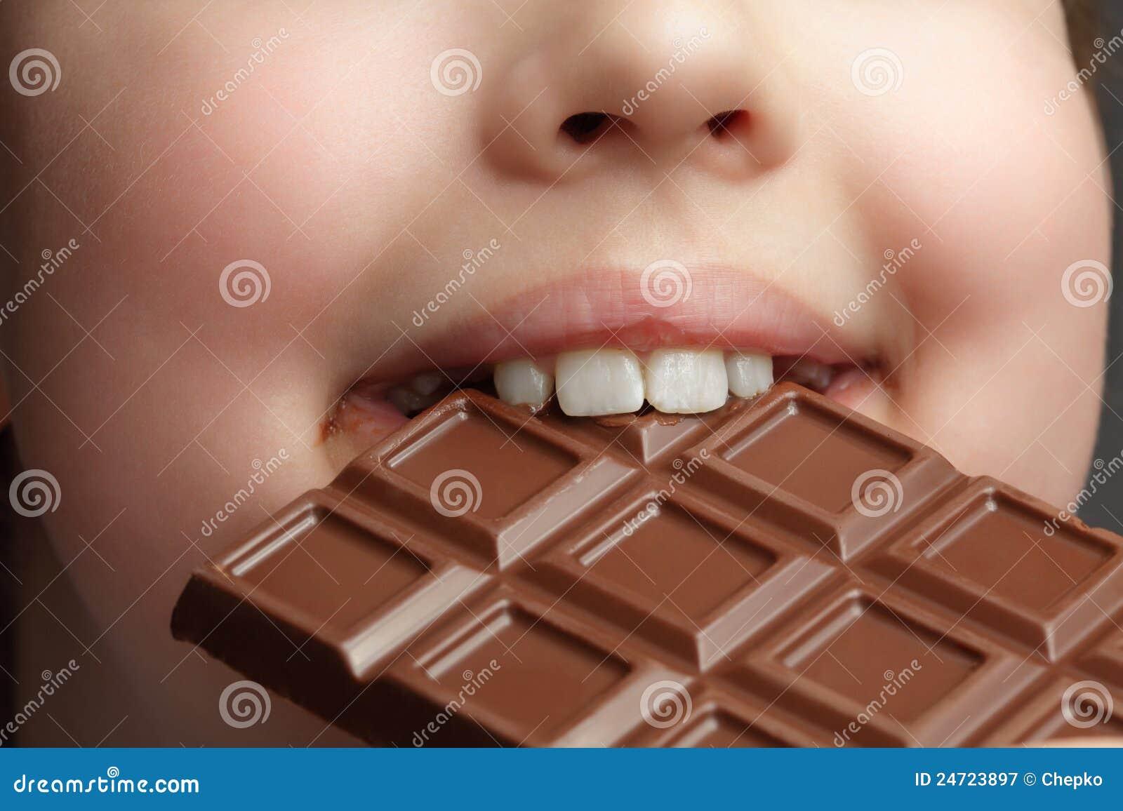 Menino com chocolate