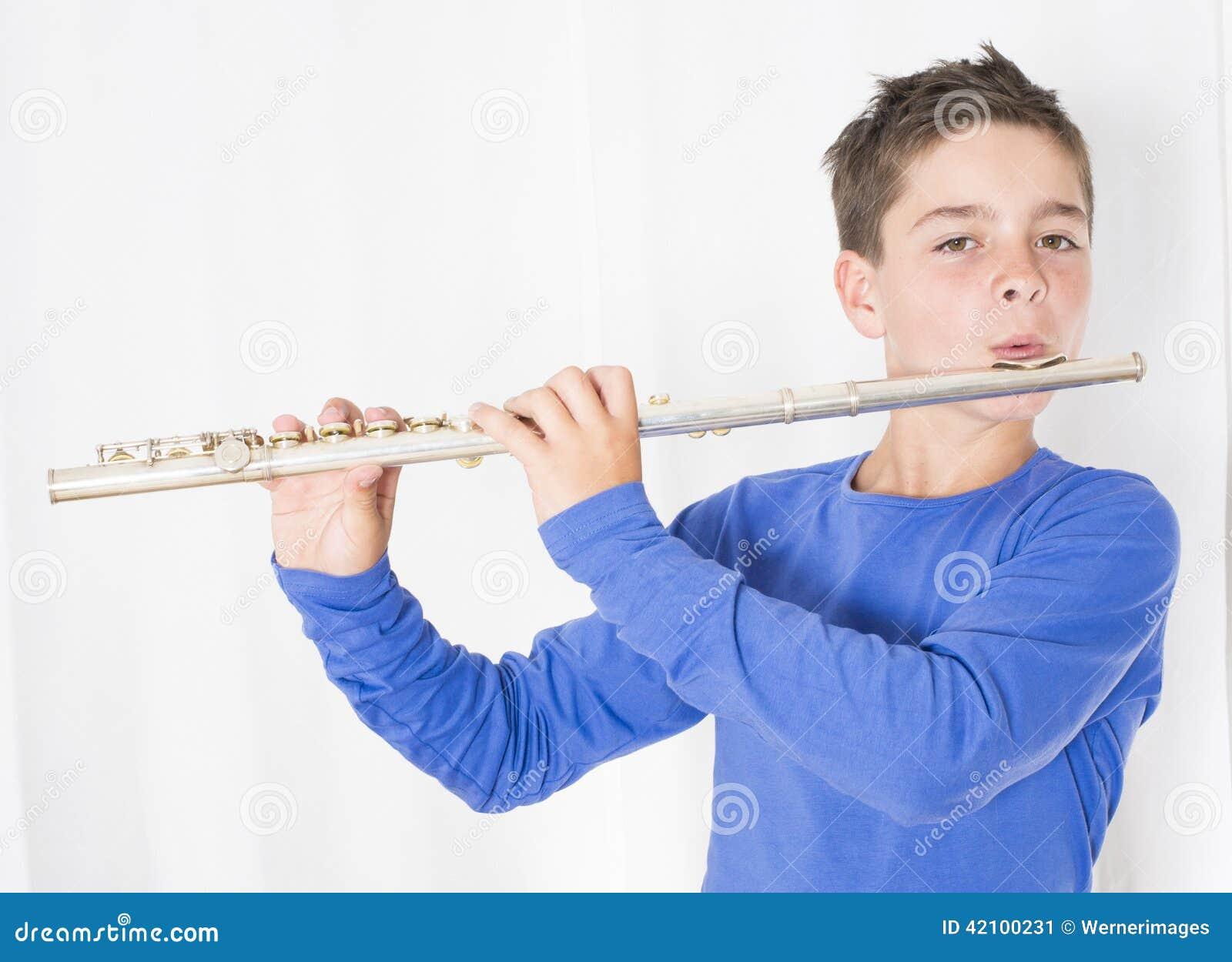 Menino com flauta