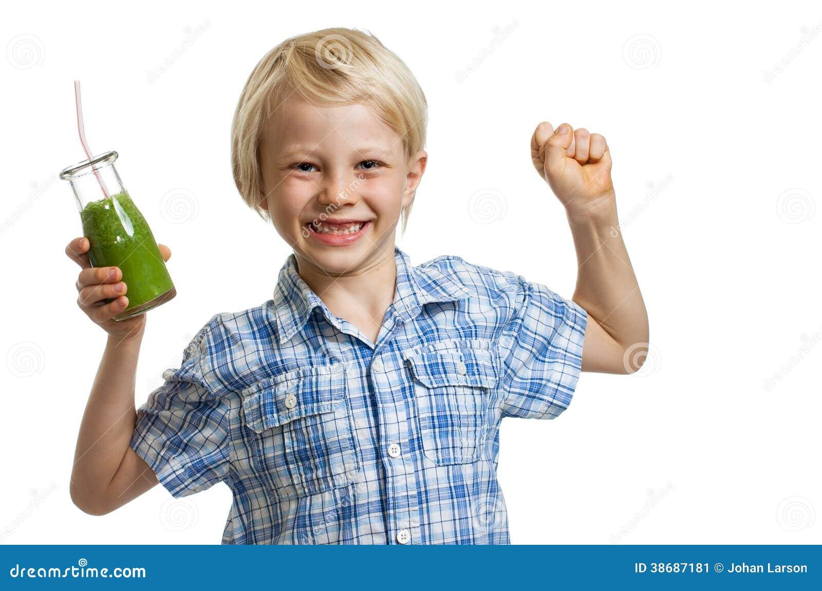 Menino com o batido verde que dobra os músculos