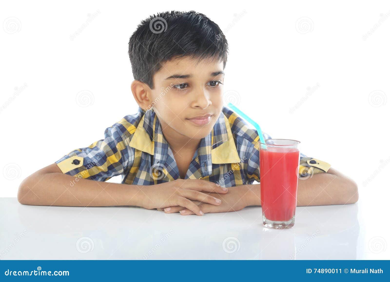 Menino com suco da melancia