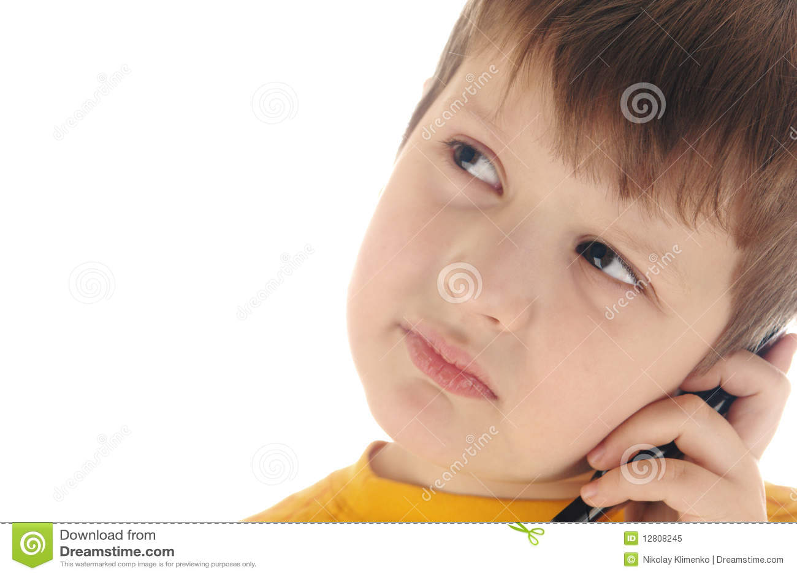Menino com telefone de pilha