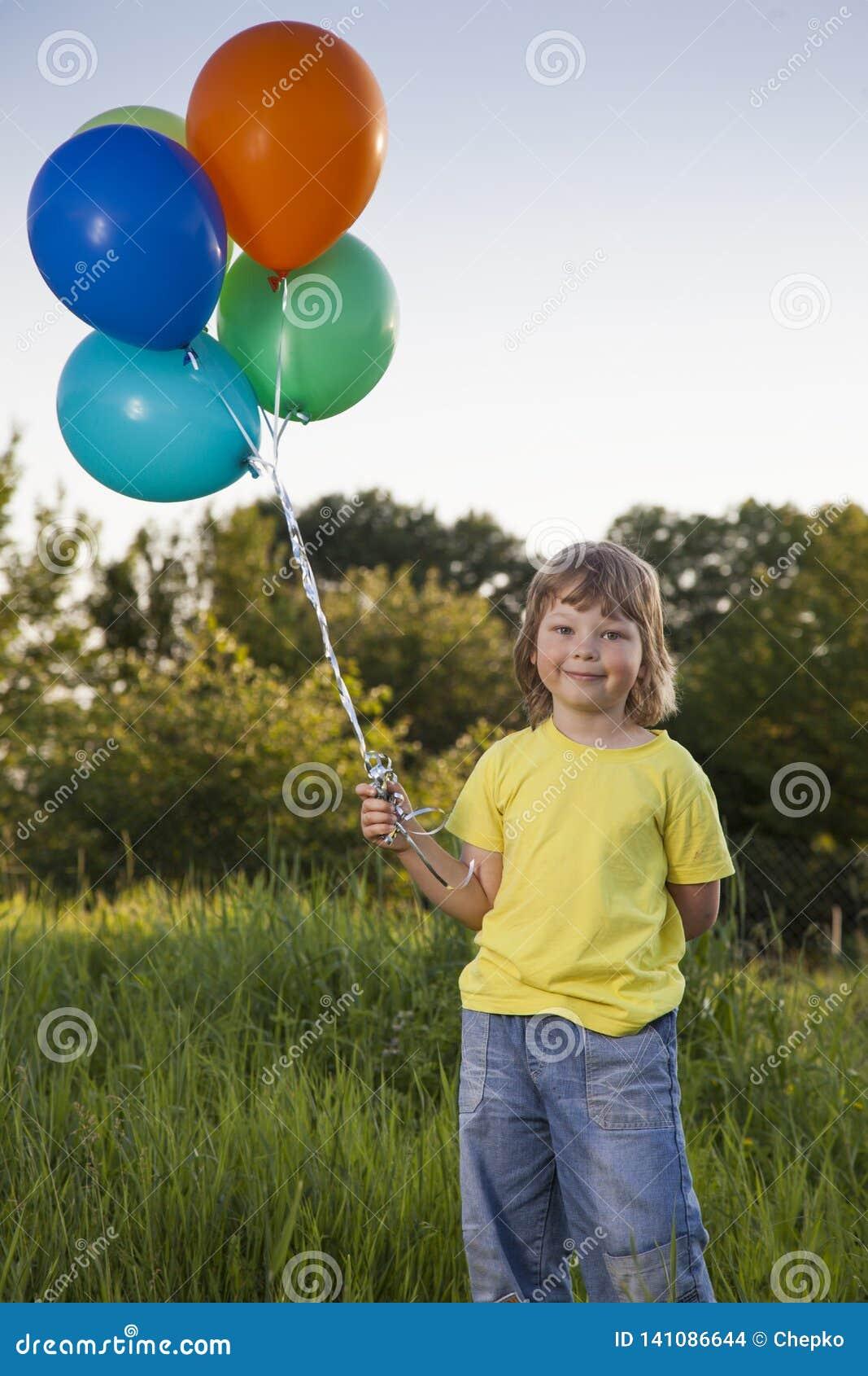 Menino da beleza com balão fora
