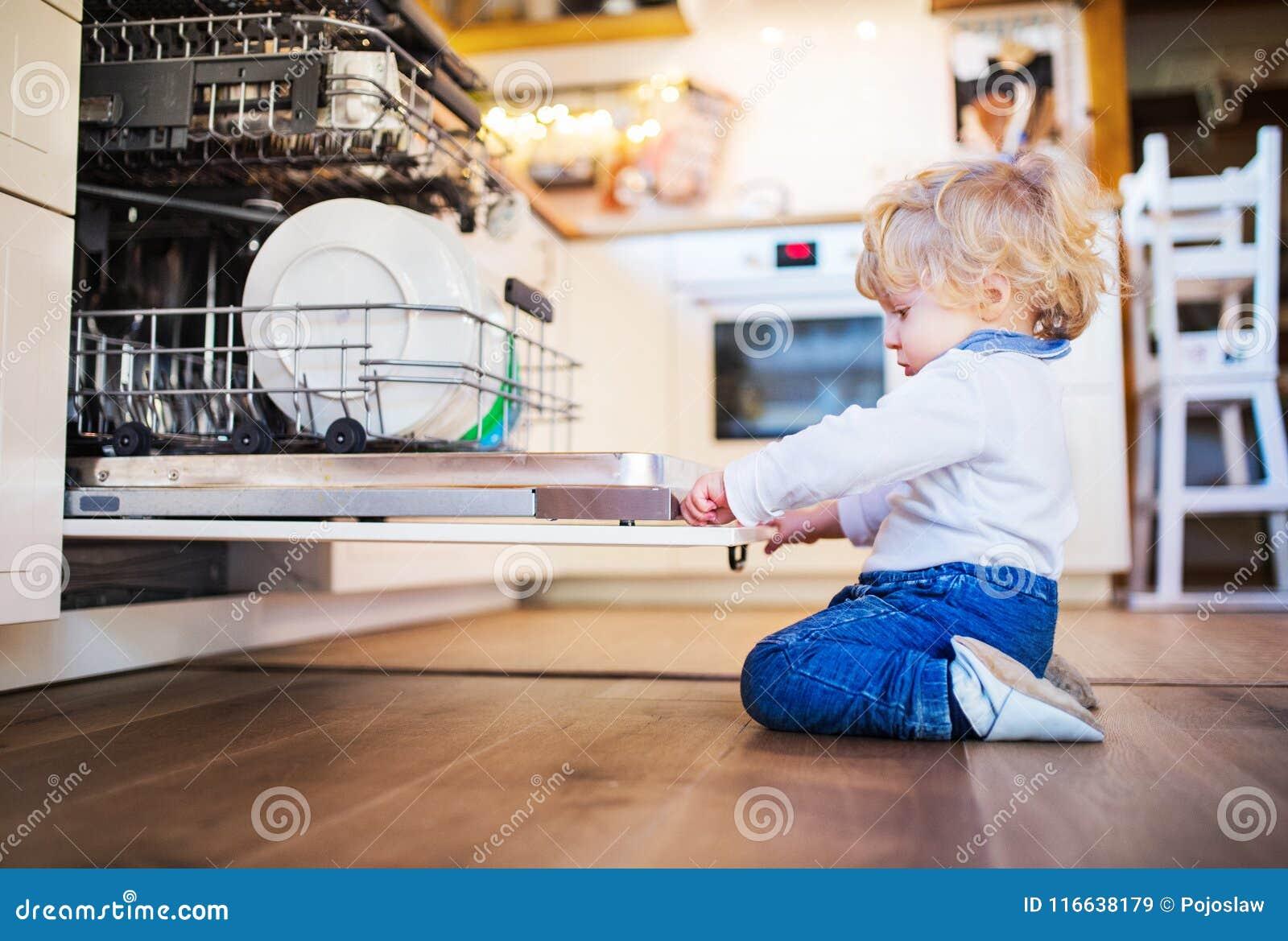 Menino da criança na situação perigosa em casa Conceito da segurança da criança