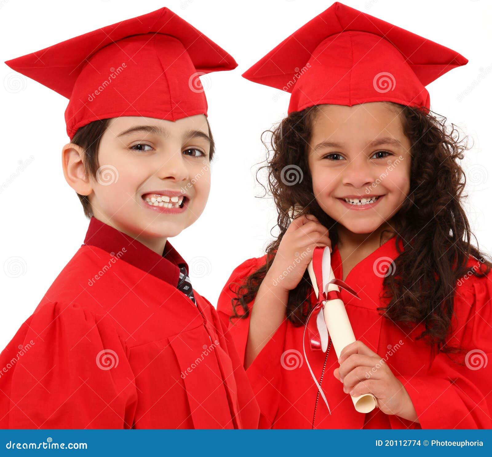 Menino da graduação do jardim de infância e criança da menina mim