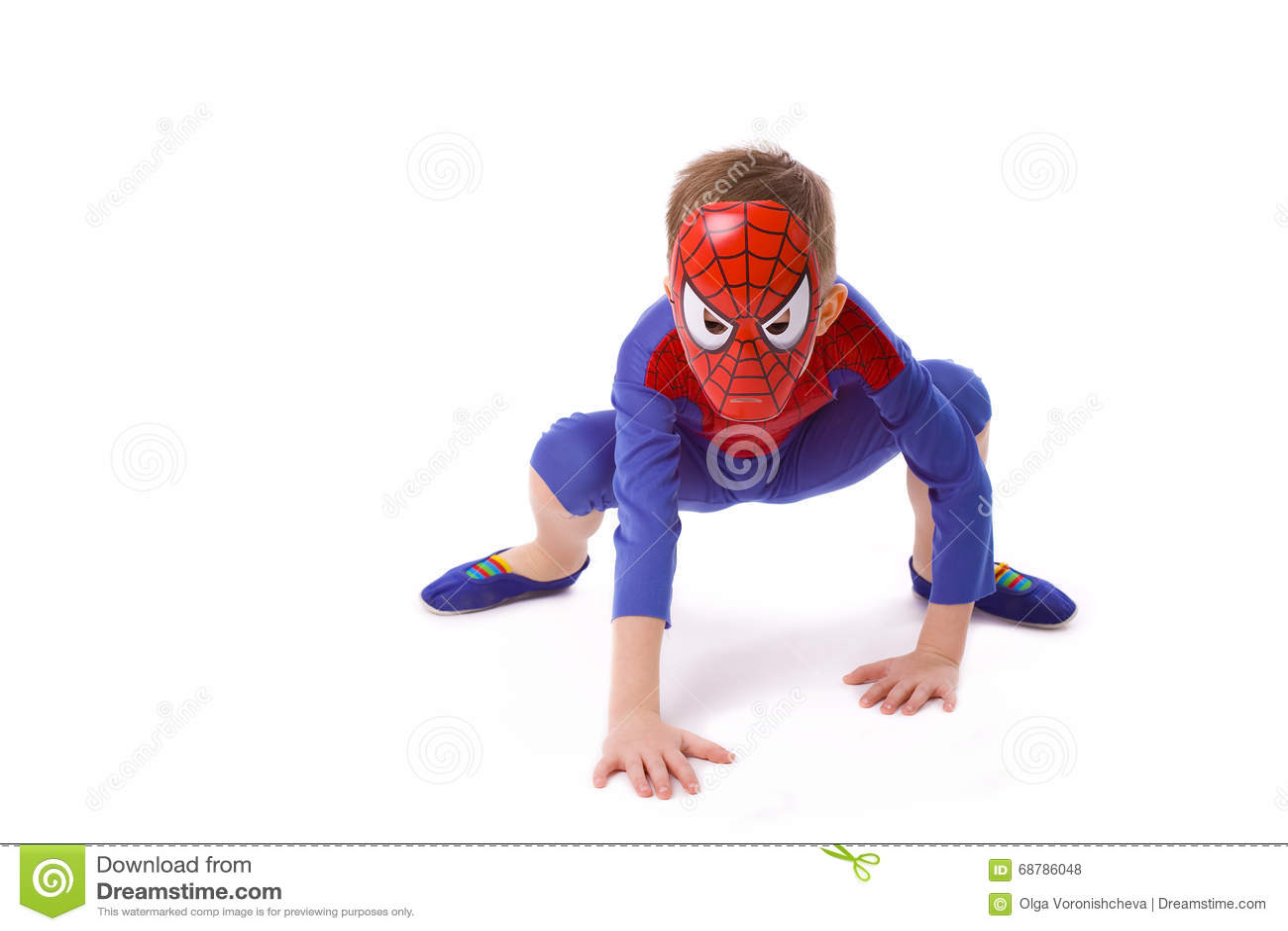 Menino de cinco anos no traje de Spider-Man