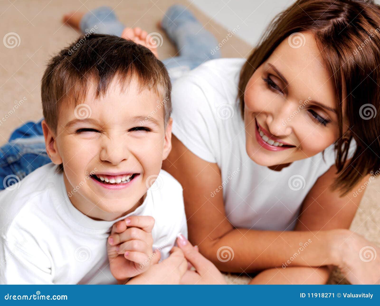 Menino de riso feliz do preschooler com sua matriz