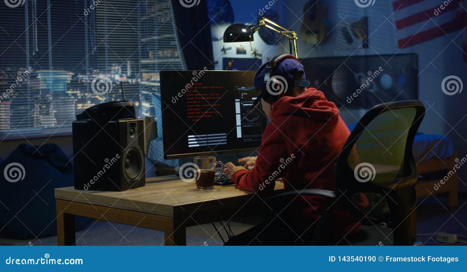 Menino do programador que codifica em seu computador