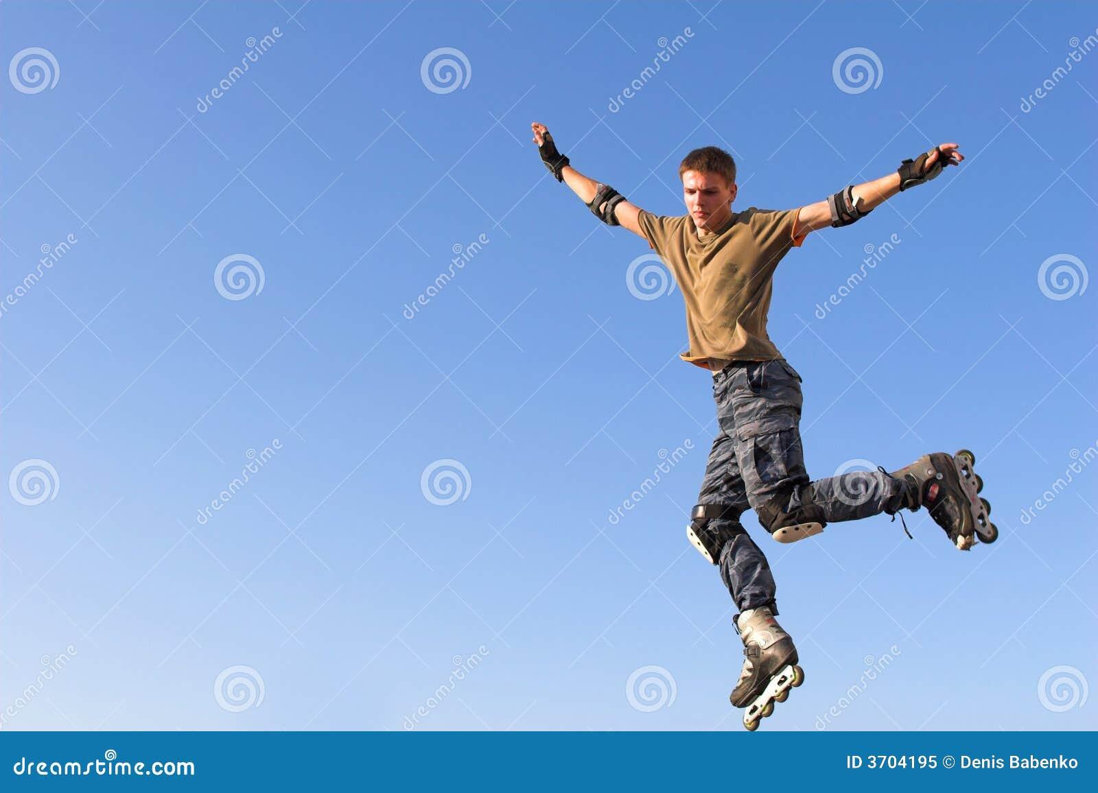 Menino do rolo que salta do parapeito no céu azul