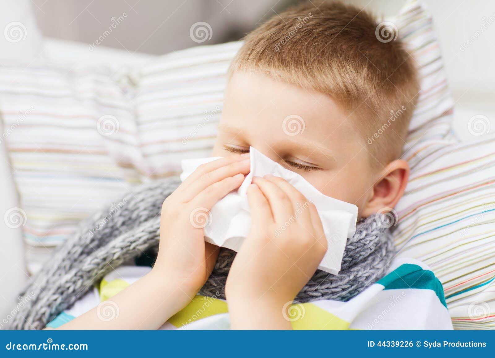 Menino doente com gripe em casa