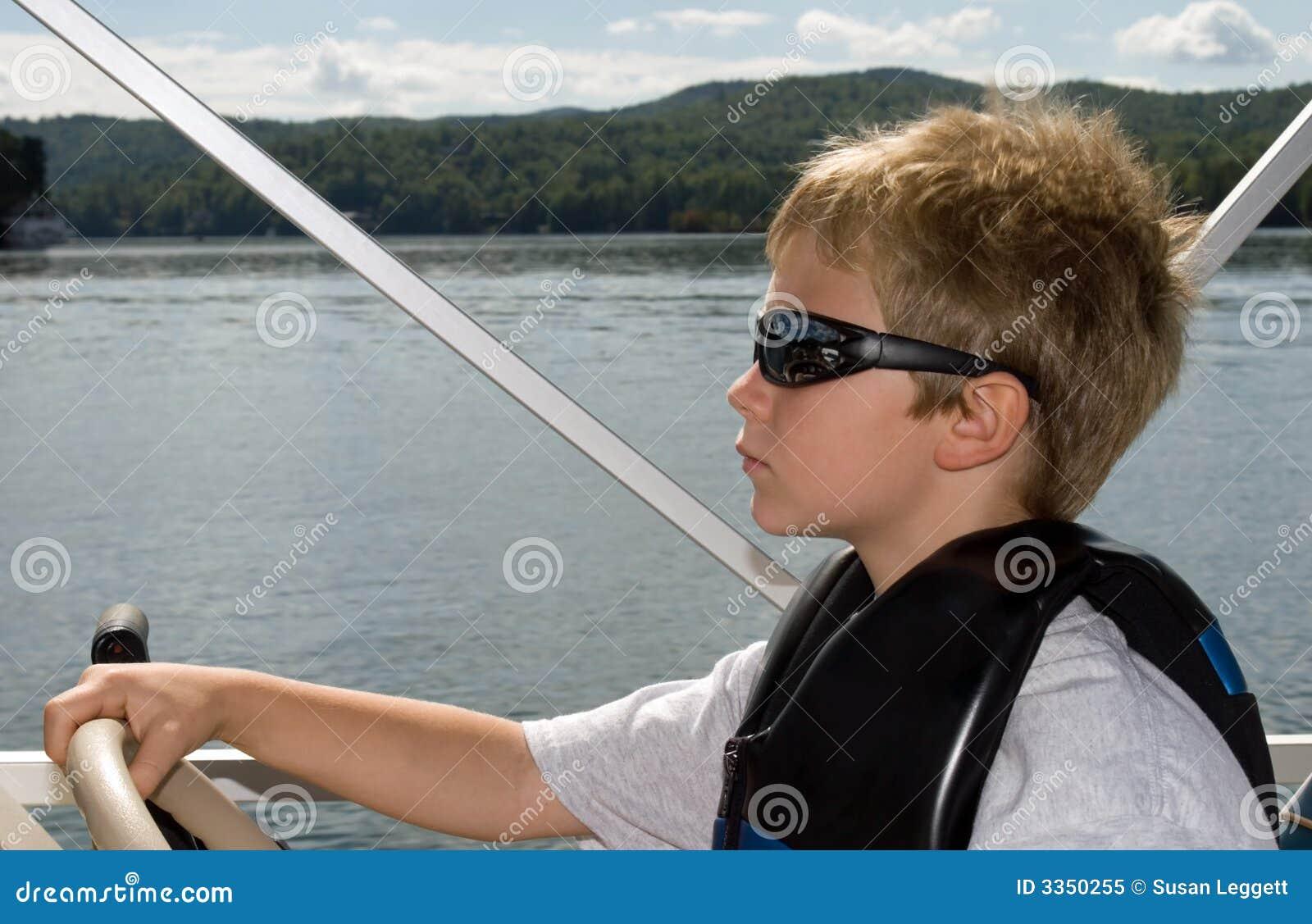 Menino e barco novos