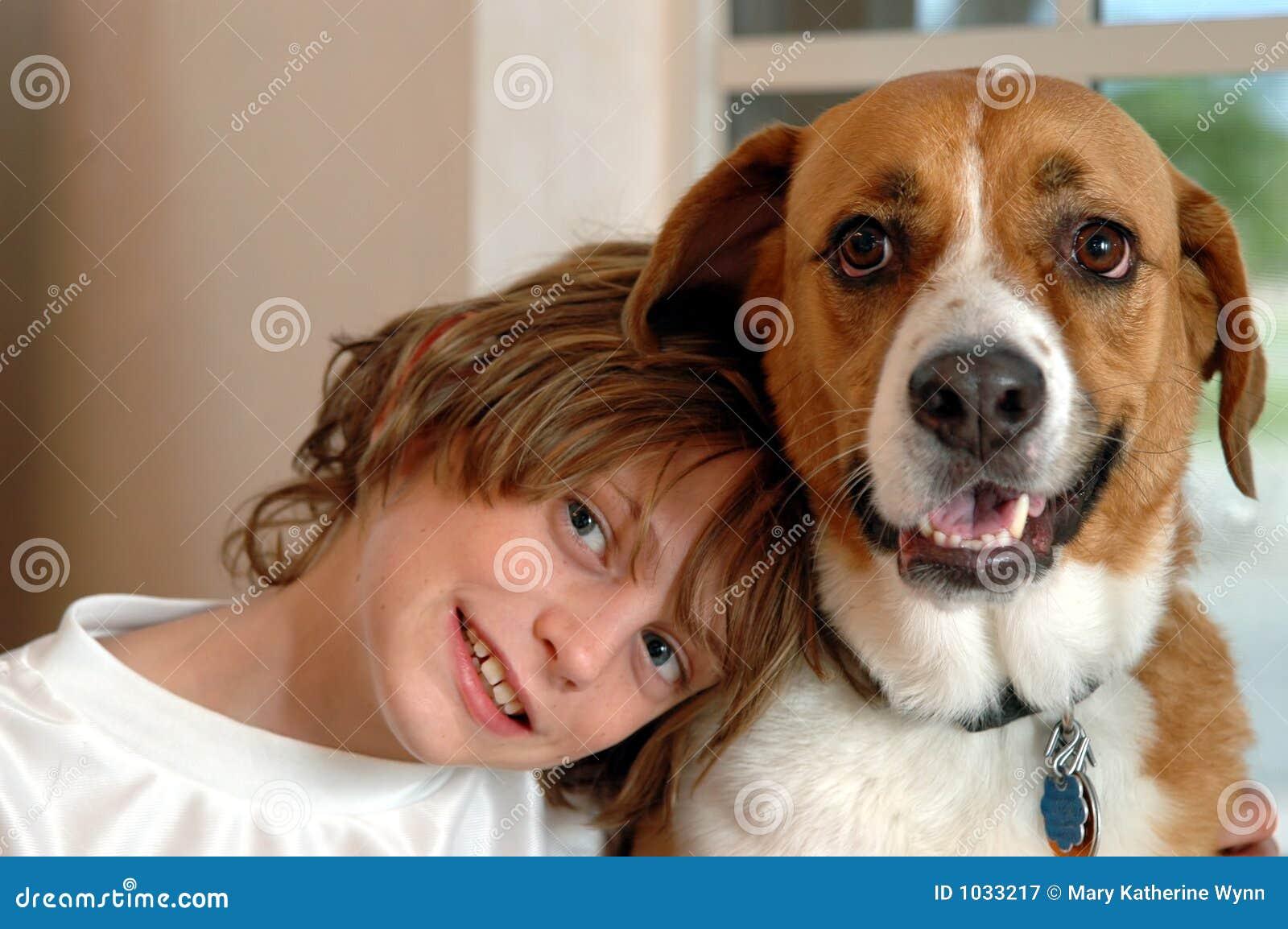Menino e cão grande