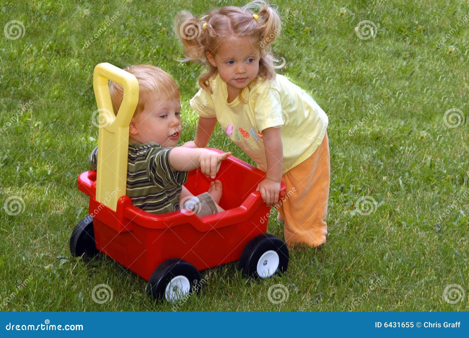 Menino e menina com vagão