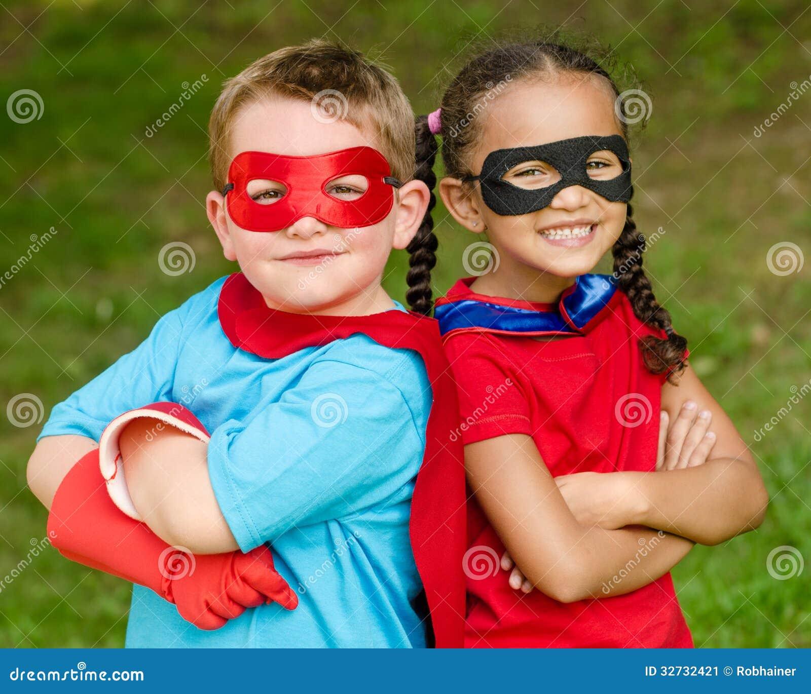 Menino e menina que fingem ser super-herói