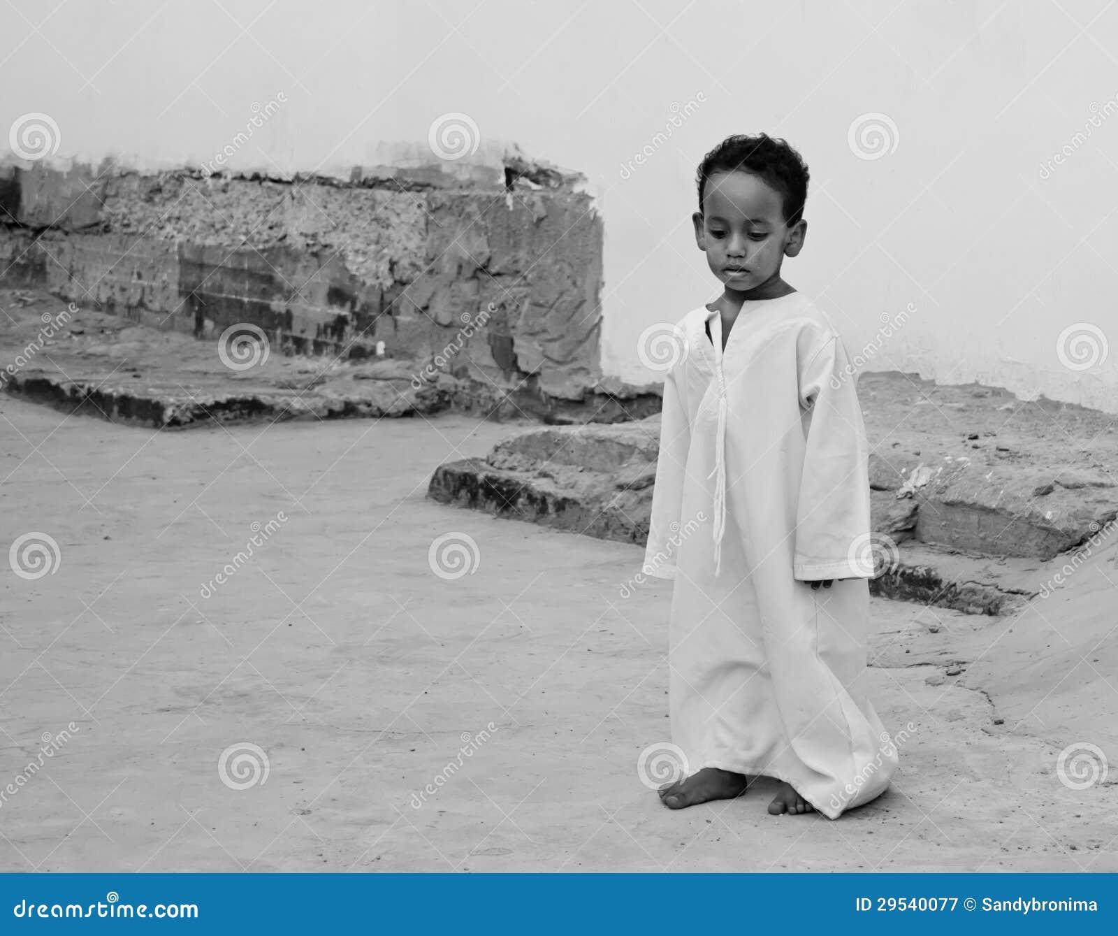 Menino egípcio pequeno