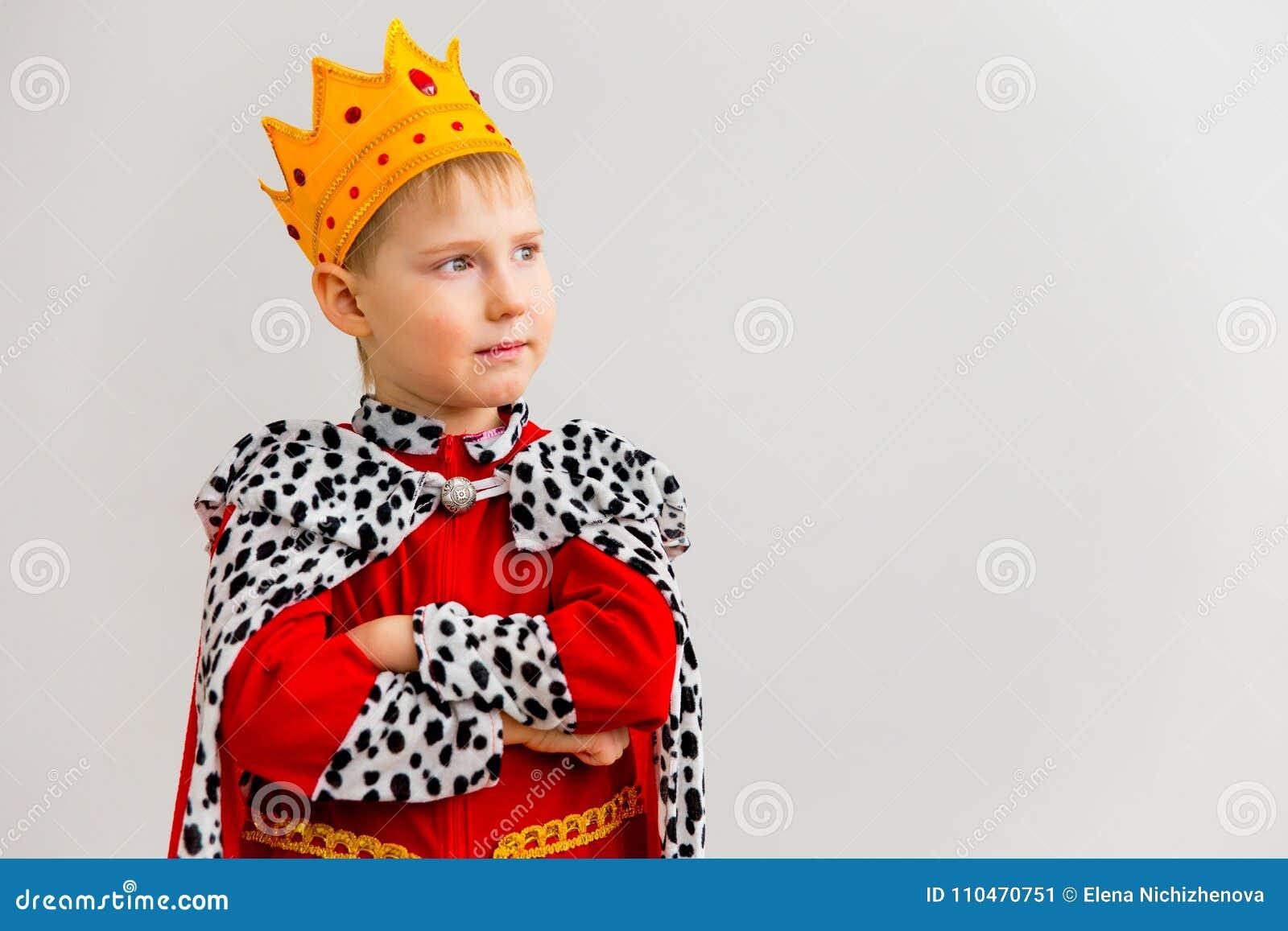 Menino em um traje do rei