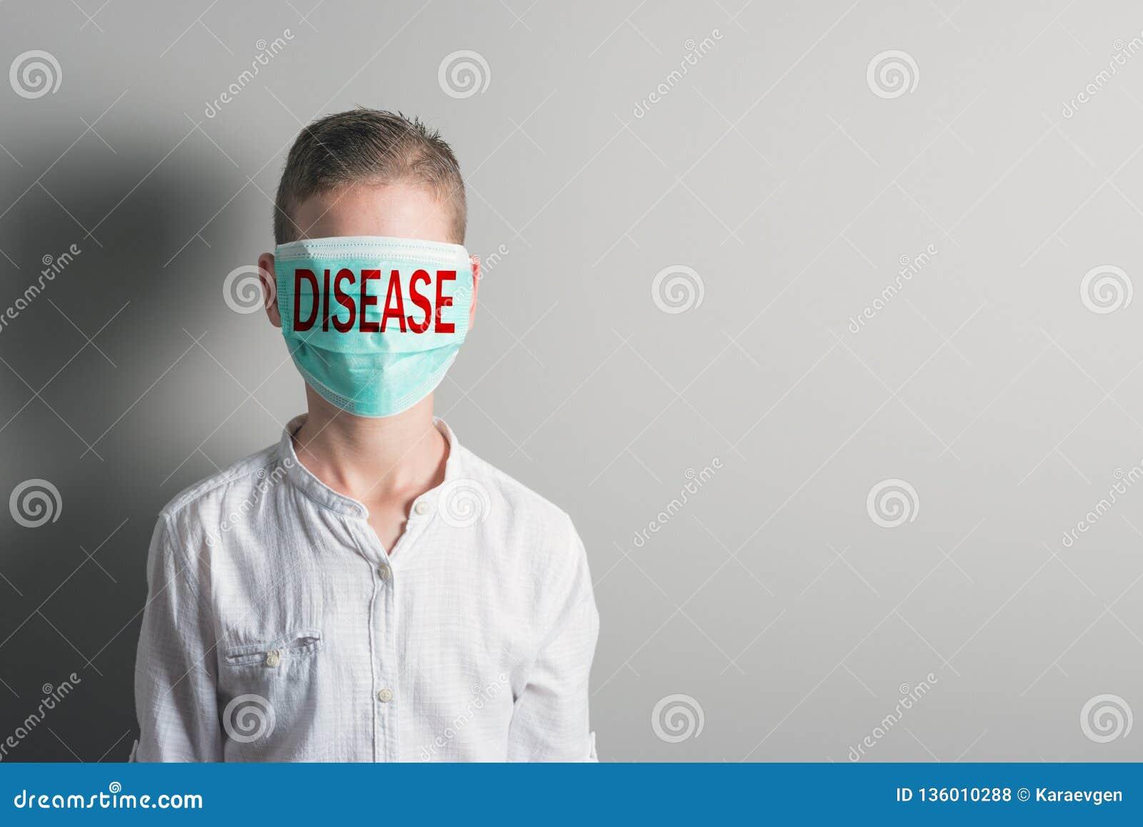 Menino em uma máscara médica com DOENÇA vermelha da inscrição em sua cara no fundo brilhante