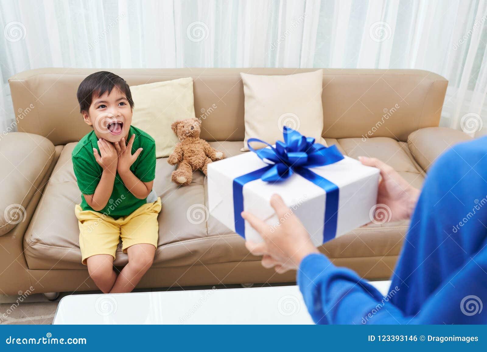 Menino entusiasmado do aniversário