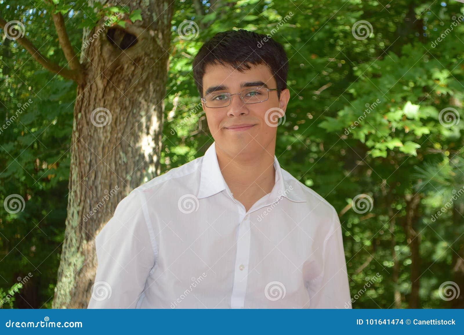 Menino feliz com um fundo verde