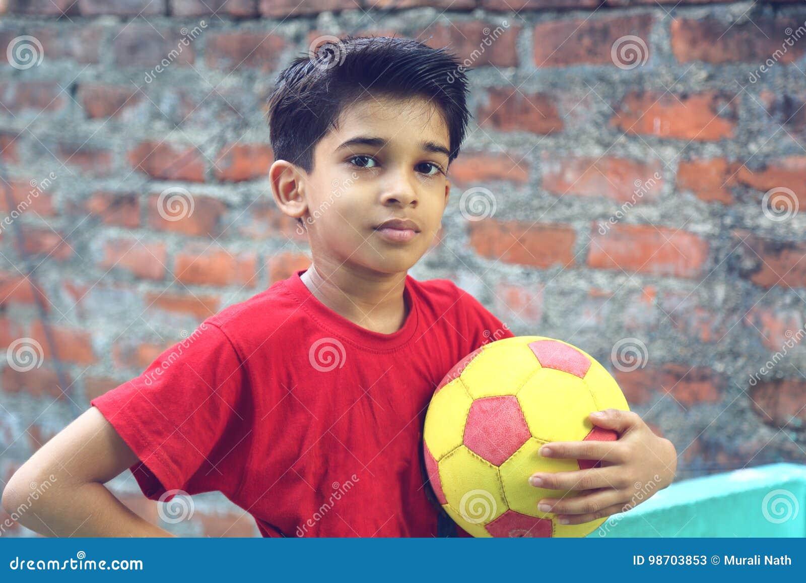 Menino indiano com bola