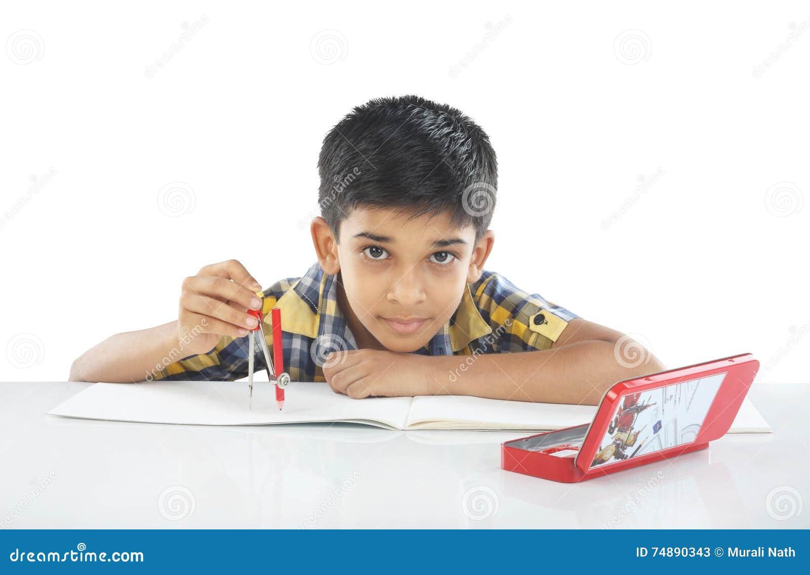 Menino indiano com compasso de desenho