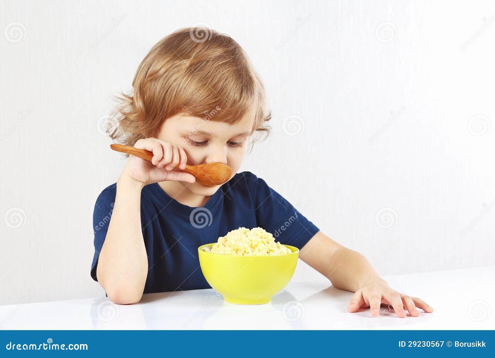 Download Menino Louro Pequeno Que Come Um Papa De Aveia Do Painço Imagem de Stock - Imagem de criança, detalhe: 29230567