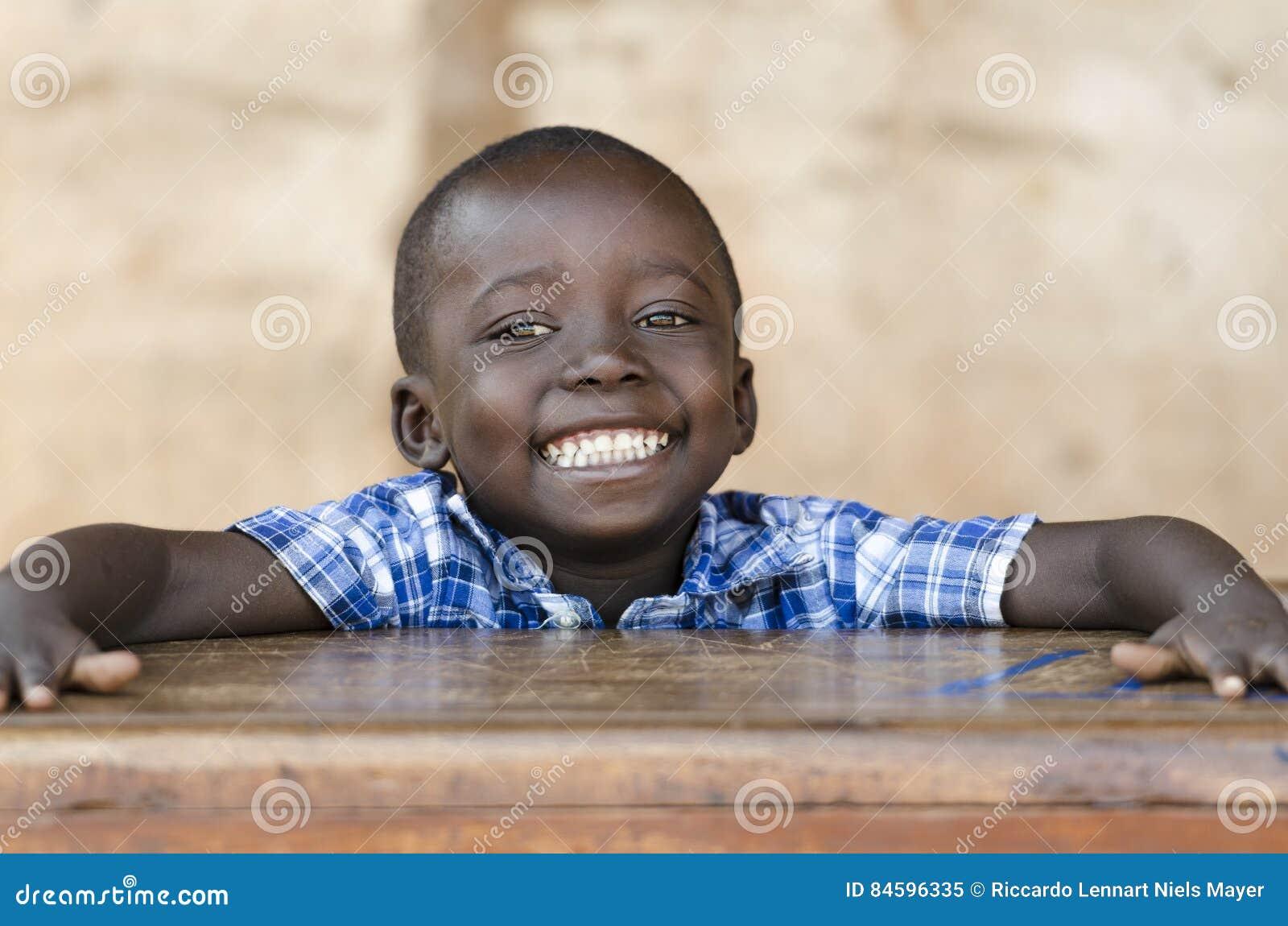 Menino muito orgulhoso do africano negro que levanta sob The Sun Sym da educação