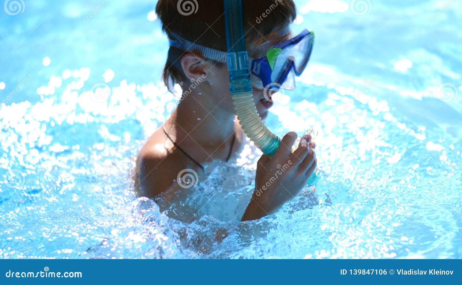 Menino na máscara nadadora na associação