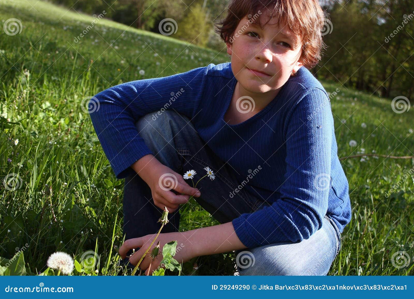 Download Menino no prado foto de stock. Imagem de jeans, cute - 29249290