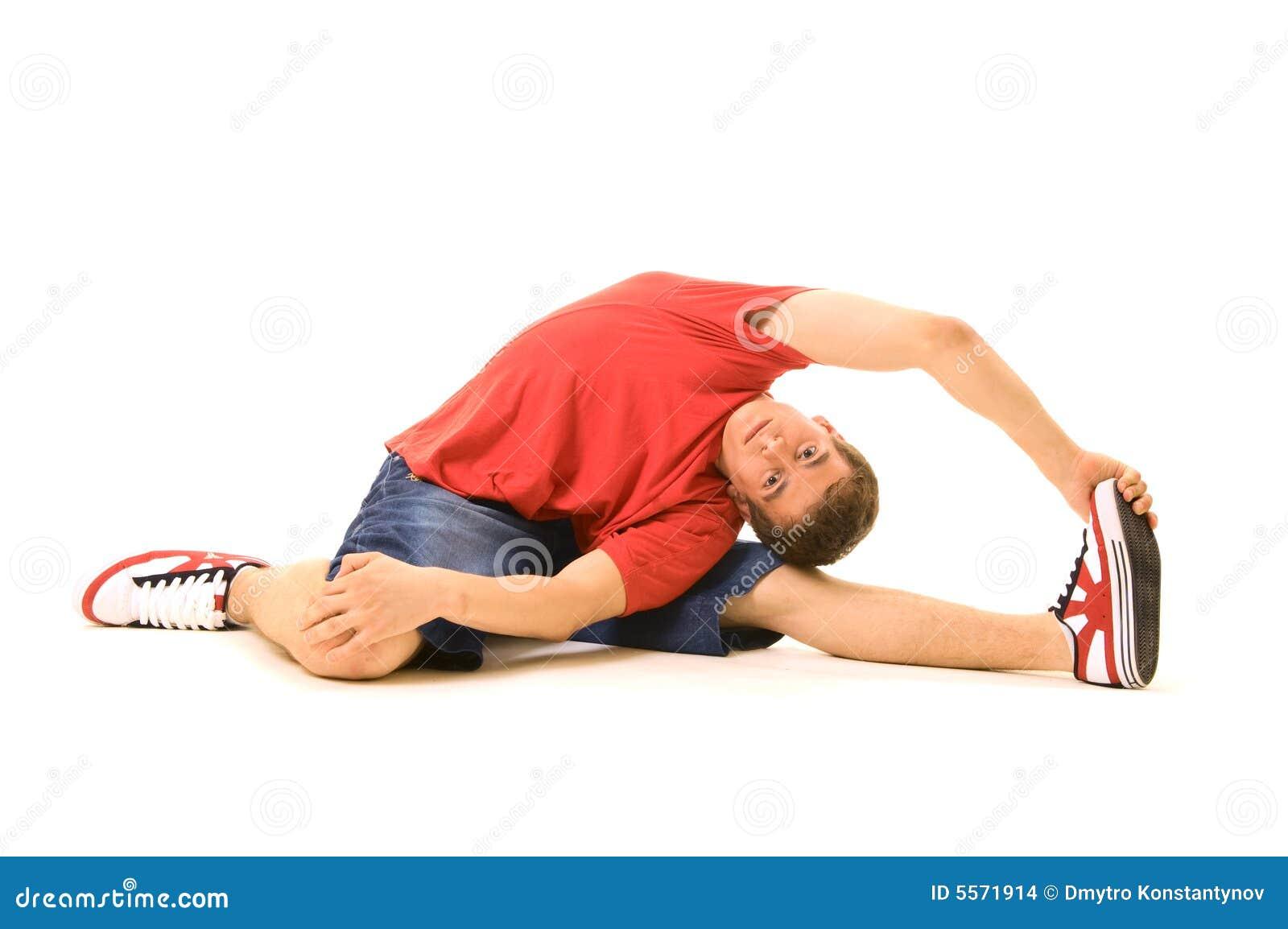 Menino no treinamento vermelho do t-shirt