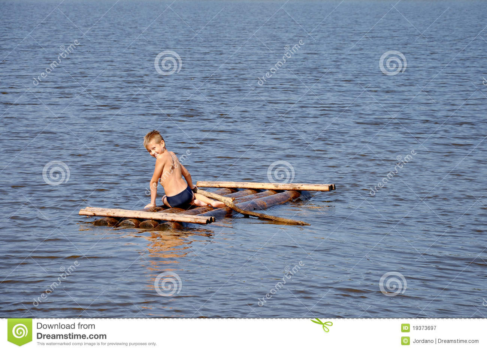 Menino novo na jangada na água