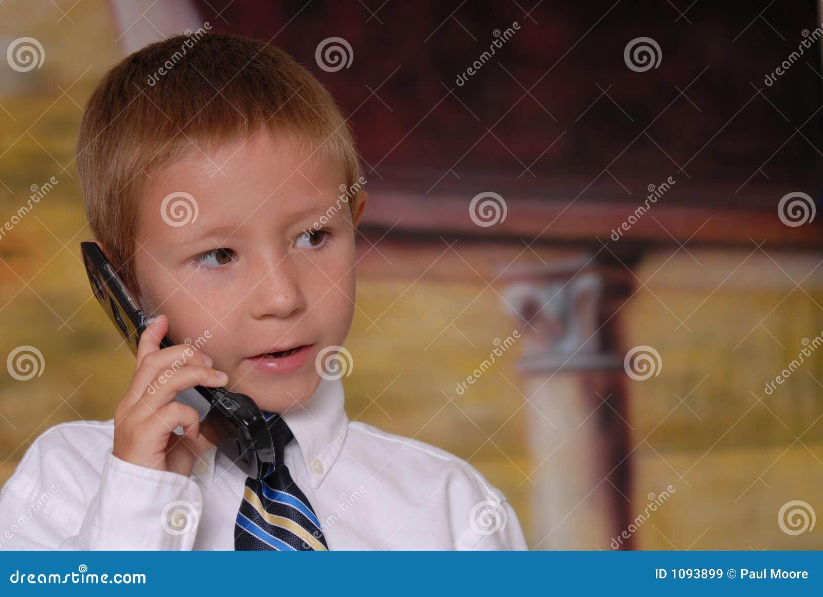 Menino novo no telefone 5